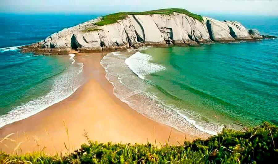 Caminos que atraen aventuras para pasar un día de playa perfecto.